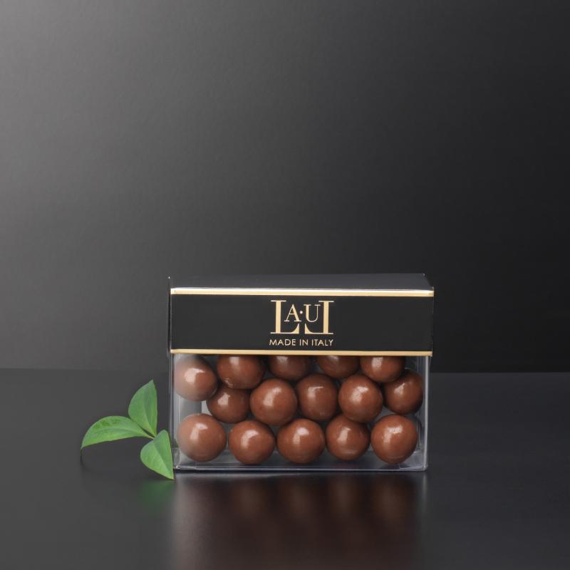 Milk chocolate dragées with whole hazelnut